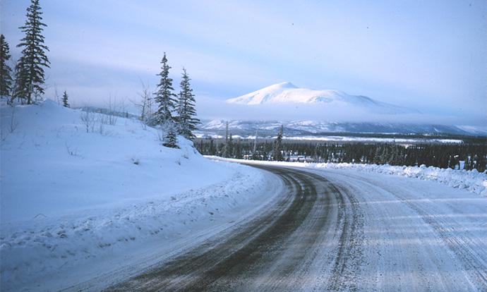 Снегот и мразот го отежнуваат сообраќајот