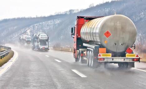 Забранет влез за камиони и автобуси во Грција поради лошото време
