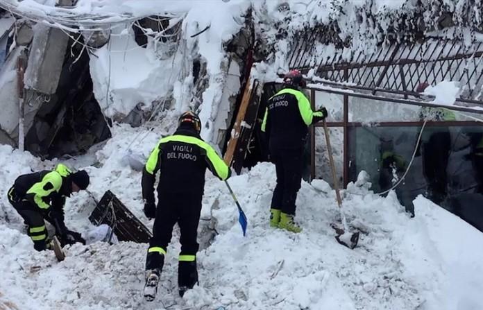 Се зголемува бројот преживеани во затрупаниот хотел во Италија  меѓу нив две деца