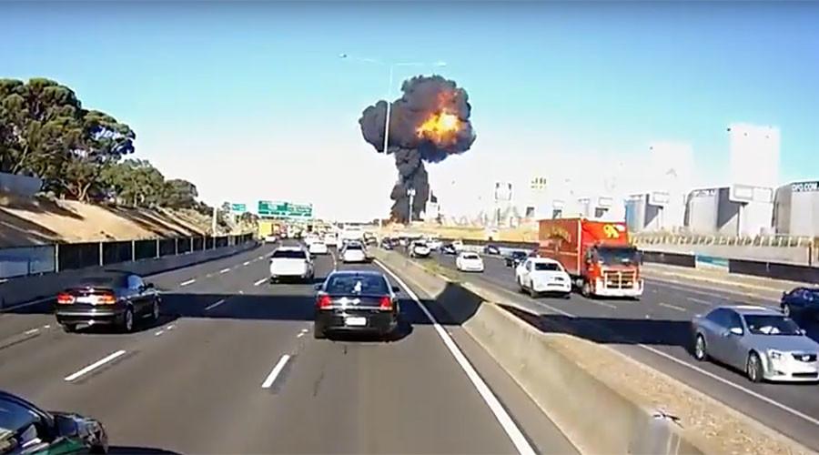 video-od-momentot-koga-avionot-se-uriva-vo-trgovskiot-centar-vo-melburn