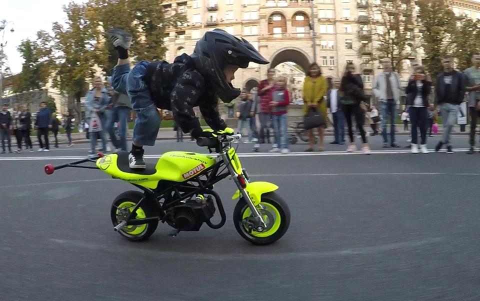 Четиригодишен моторџија со неверојатни вештини