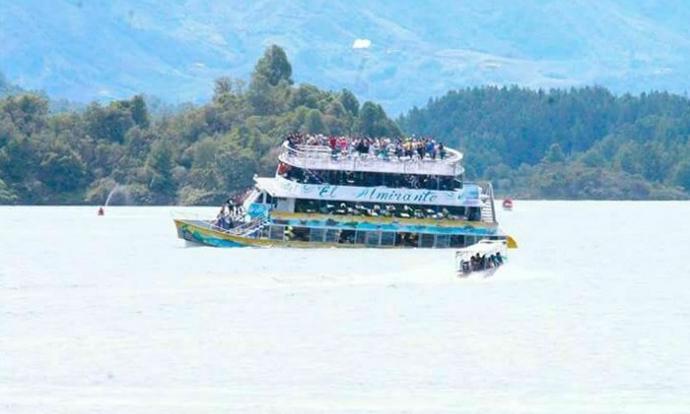 Потона туристички брод во Колумбија  Најмалку девет загинати и 30 исчезнати