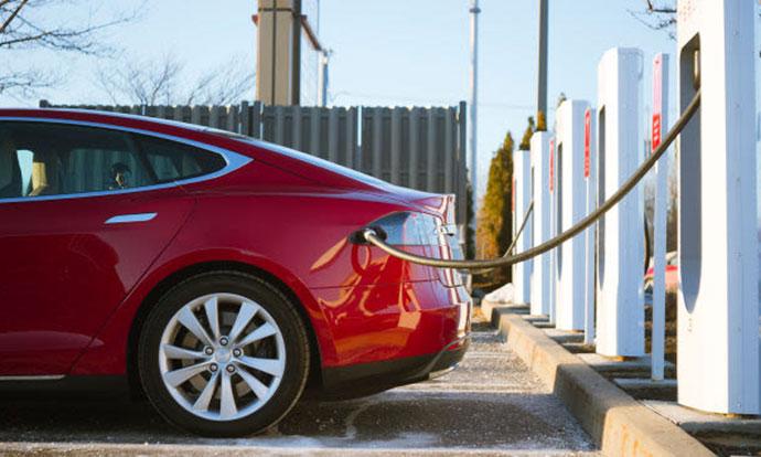 Како  Tesla  им го олеснува животот на своите возачи