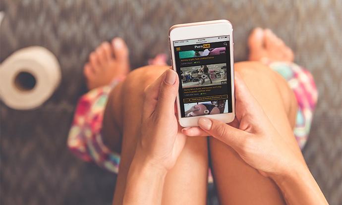 Зошто не треба да гледате порно преку мобилен