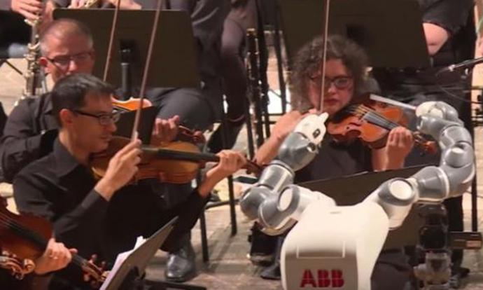 Робот диригираше на концерт на Андреа Бочели