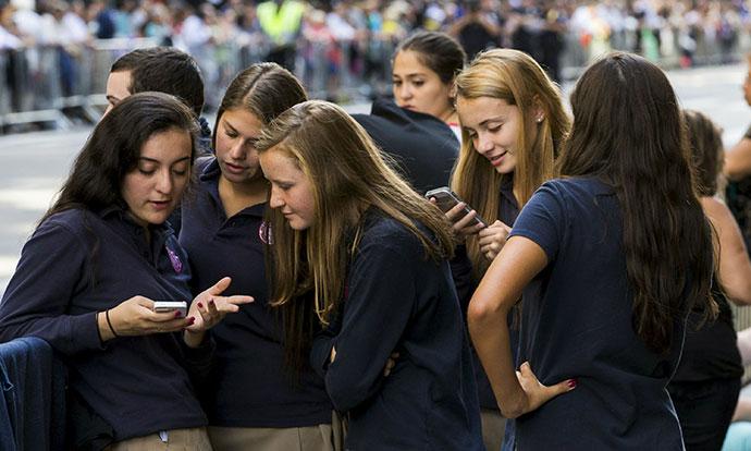 Франција забранува користење мобилни телефони во училиштата