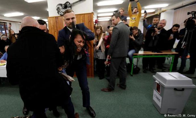 Полугола активистка му се нафрли на чешкиот претседател за време на гласањето