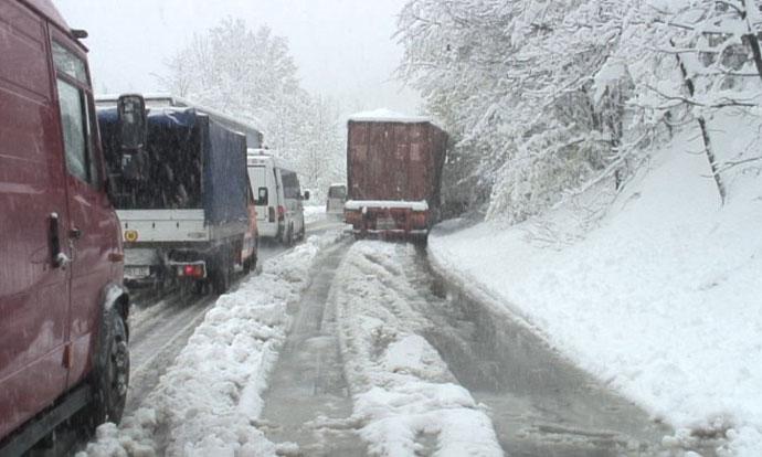 Прекин и забрана за движење на дел од патиштата