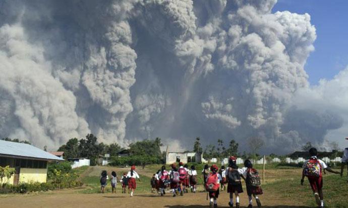 Вулканска ерупција го збриша врвот на планината