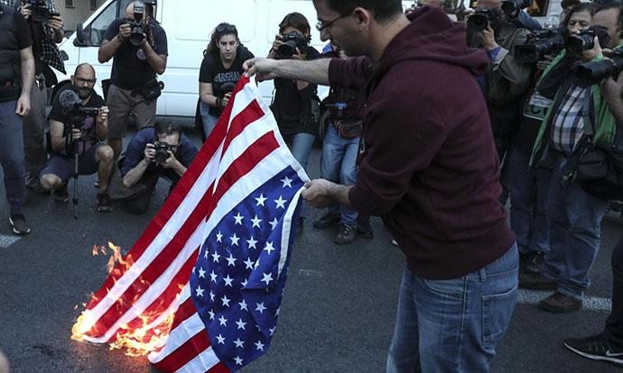 Демонстрации во Атина  Американци   убијци
