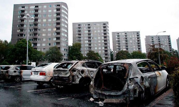 Банди запалија најмалку 80 возила во западна Шведска