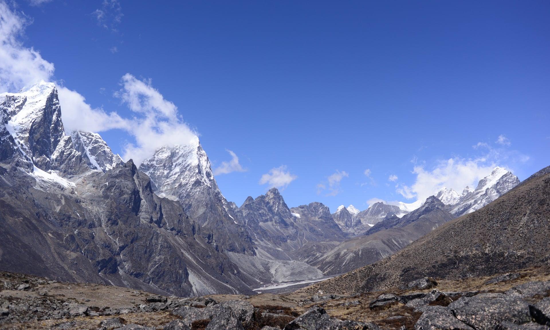 Тревата на врвот на Монт Еверест е уште еден доказ за глобалното затоплување