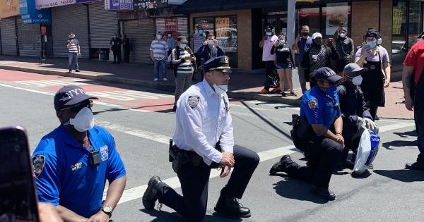 Америка е на раб на граѓанска војна, полицијата клекна пред демонстрантите