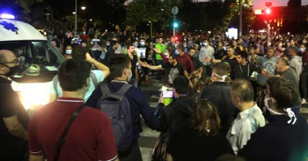 Протести во Белград поради враќањето на полицискиот час, полицијата употреби солзавец