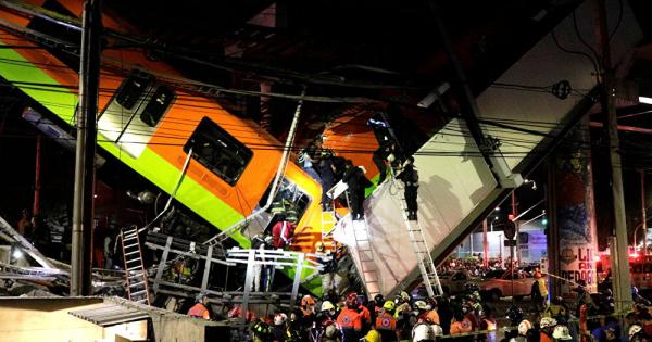 Моментот кога се урна надвозникот со воз врз автомобили во Мексико Сити