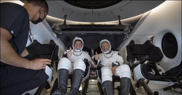 Астронаутите успешно се вратија на Земјата во летало на SpaceX