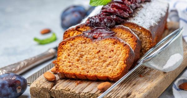 Десерт на денот: Колач со сливи, бадеми и цимет